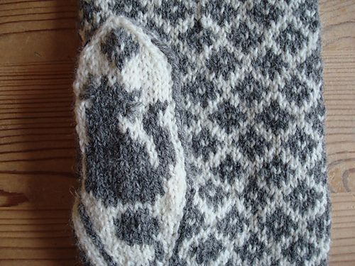 Rauma finullgarn can also be used. The pattern is in English.