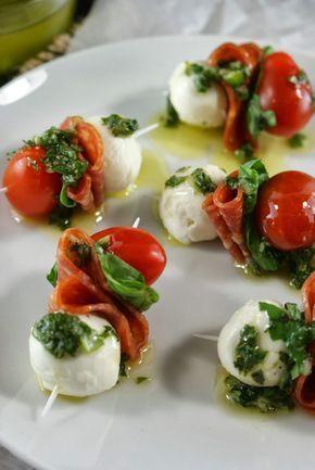 Mini-Mozzarella-Kirsch-Tomaten-Spieße mit Pesto #koudehapjes Mini-Mozzarella-Kirsch-Tomaten-Spieße mit Pesto #koudehapjes