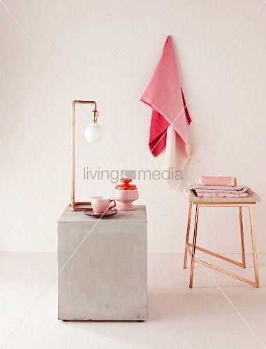 puristische lampe aus gebogenen kupferrohren und hocker in kupfer geschirr und t cher in. Black Bedroom Furniture Sets. Home Design Ideas