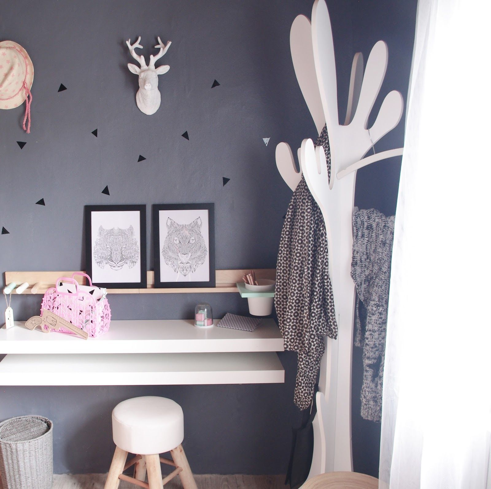 bureau enfant diy porte manteau arbre scandinave moderne kid desk la chambre de loute. Black Bedroom Furniture Sets. Home Design Ideas