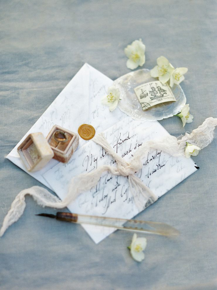 """Love letter"" Timeless and Neutral Bridal Inspiration Shoot in a garden full of classical architecture"