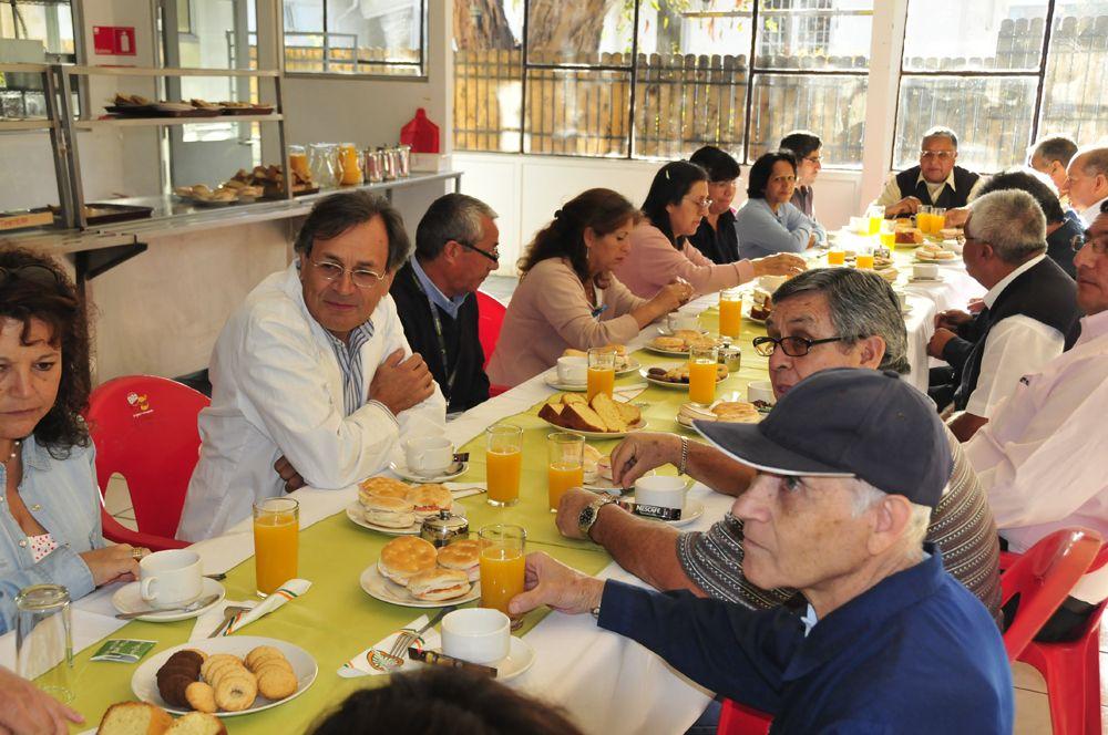 Vista general de la mesa donde compartieron  un desayuno.