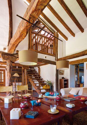 Antigua tenada en Segovia, el salón principal y la balconada del distribuidor de la primera planta que se vuelca sobre la planta baja de la casa.