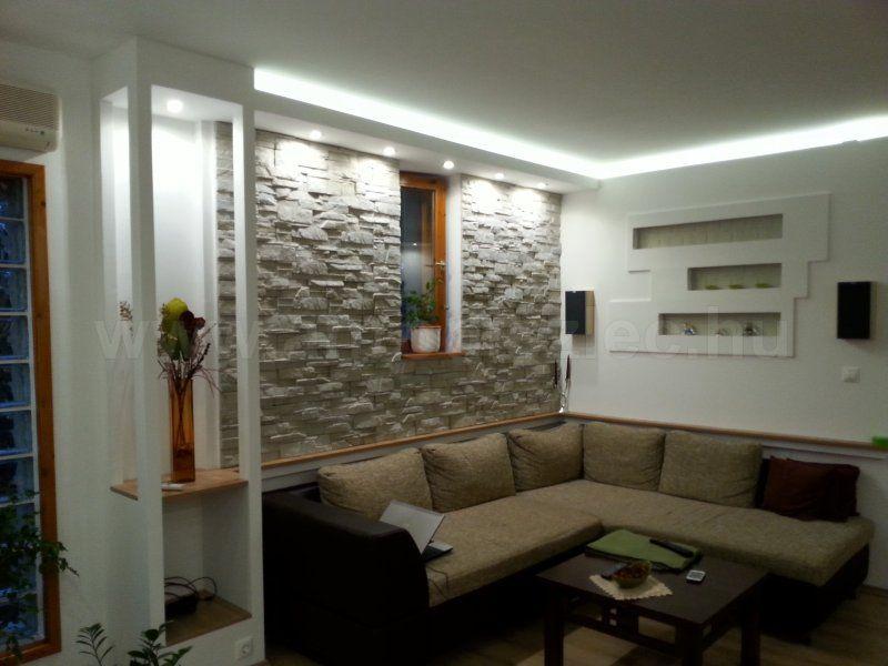 Hidegfehér fényű LED szalag emeli ki a kővel burkolt fal ...