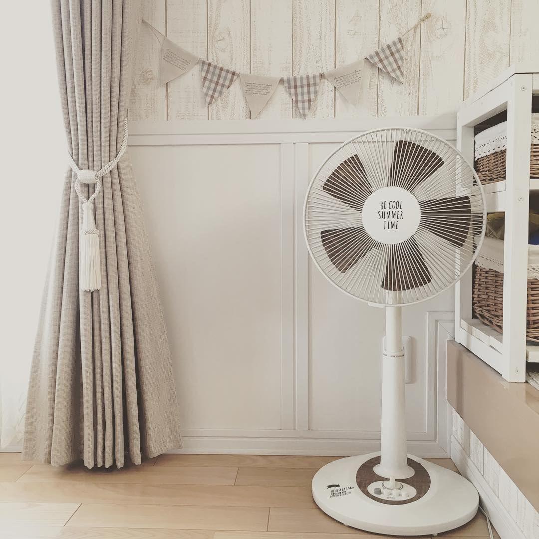 Hiromarinn Instagram 我が家の扇風機はコレです リメイクシートで扇風機リメイクしてます ウッド調の羽根が可愛い 扇風機 扇風機リメイク ナチュラルインテリア ナチュラルフレンチ 白 茶 手作りガーランド 腰壁 板壁風壁紙 リメイクシ リメイクシート