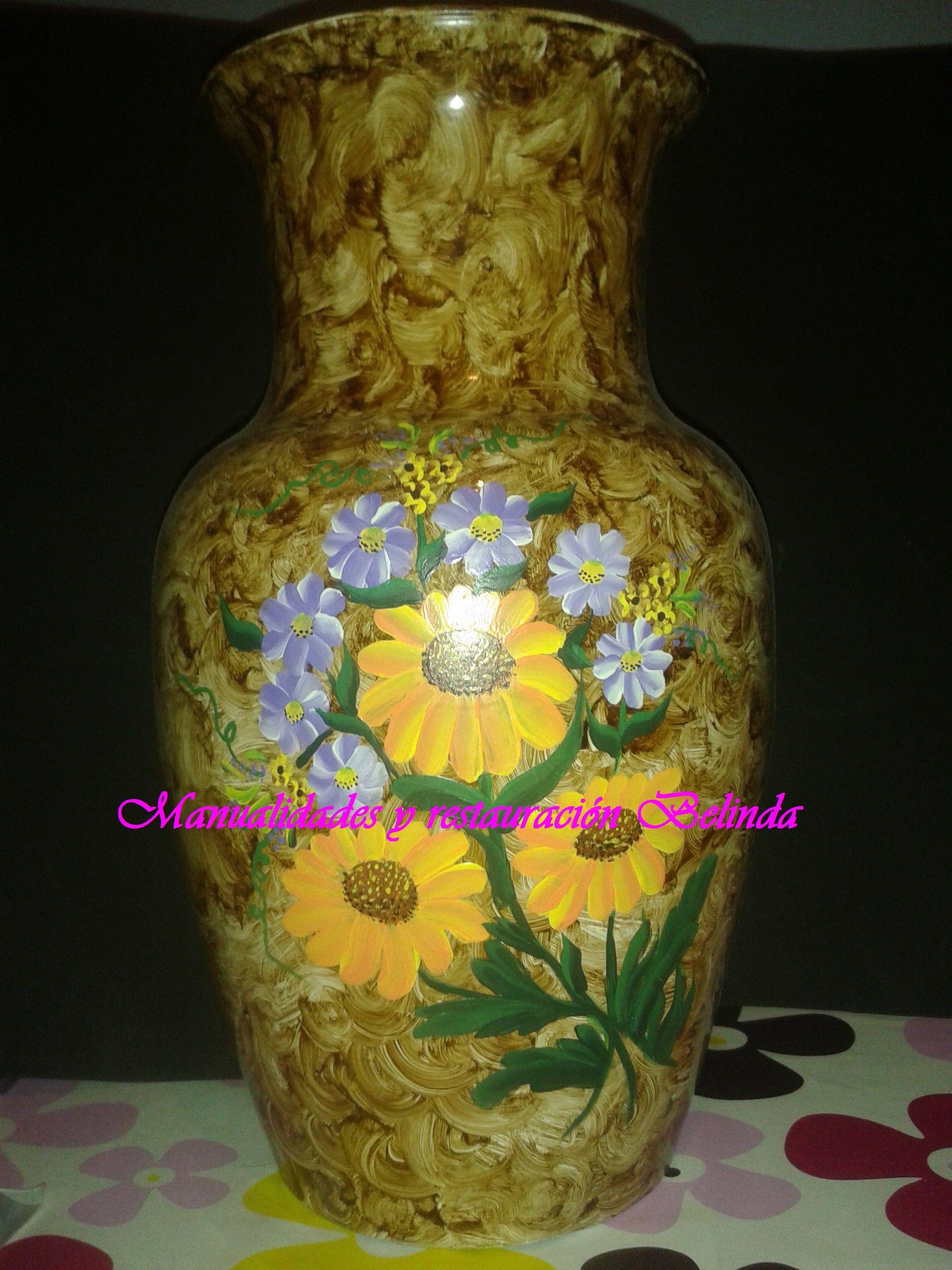 Jarrón de cristal decorado con betún de judea imitando nudo de madera y un ramo de flores pintado a mano.