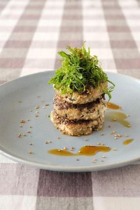 豆腐と鶏ひき肉を使った和風ハンバーグに、ひじきと干ししいたけを加えてうまみをプラス。