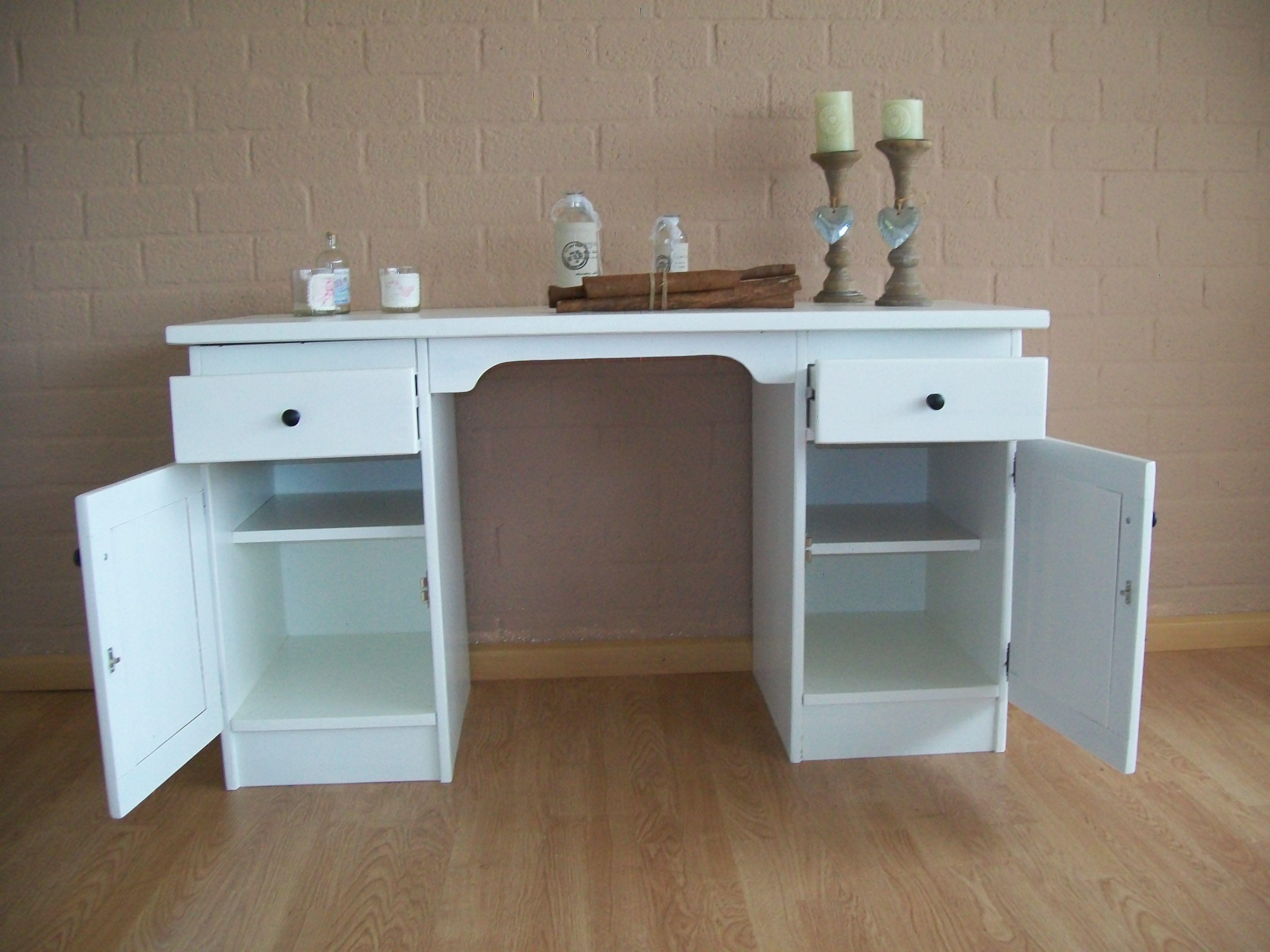 Geheel gerestyld oud grenen bureau werkelijk als nieuw. bureau is