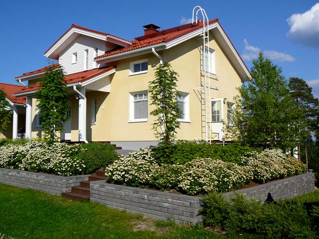 Kivetys ja istutukset talon edustalla