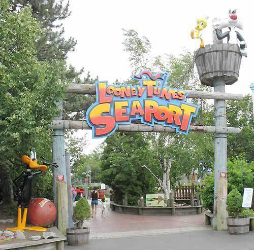 Looney Tunes Seaport At Darien Lake Sixflags Darien Lake Safari Decorations Heart For Kids