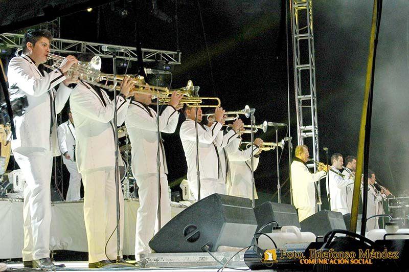 Nezahualcóyotl, Méx. 30 Abril 2013. Impecablemente enfundados en un traje blanco, los miembros de La Arrolladora Banda El Limón tocaron para su público de Neza.