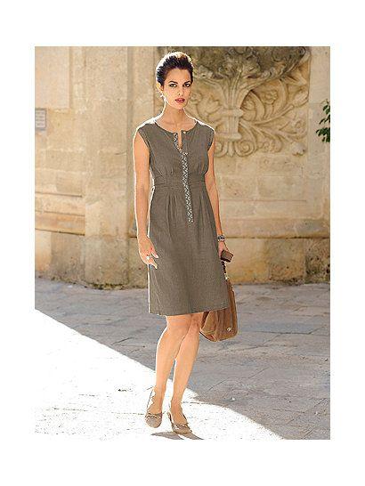 Das Sommerkleid von ALBA MODA im modischen Casual-Look ist an der verdeckten tiefen Knopfleiste mit einem Besatz aus Zierperlen und Zierstäbchen aufwendig gestylt