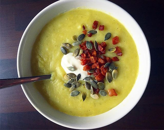 KARTOFFEL SUPPE 🌿.. Jeg er stadig mega-hamrende glad for suppe 🍵.. Har egentlig ikke lavet så meget suppe før i tiden, men det her vinterhalvår skriger simpelthen bare på suppe 🙈 #mums. Her er det en fedtfattig og cremet kartoffelsuppe med lidt porrer og krydderier samt toppings i form af skyr, græskarkerner og bacon 👋🏻 #jatak og så rigtig glædelig 1. December ❤️. Vinter soppa teamlindahls fatfree pumpakärnor kalkonbacon Fav