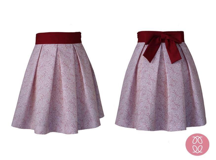 f541fad2a Falda de tablas en tela de piqué con estampado en tonos granates ...