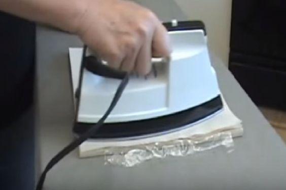 En passant un FER CHAUD sur une serviette en papier, elle crée de belles CARTES DÉCORATIVES… Voyez sa technique !