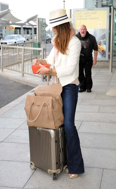 Jessica Alba at the airport in London... And I love this outfit.