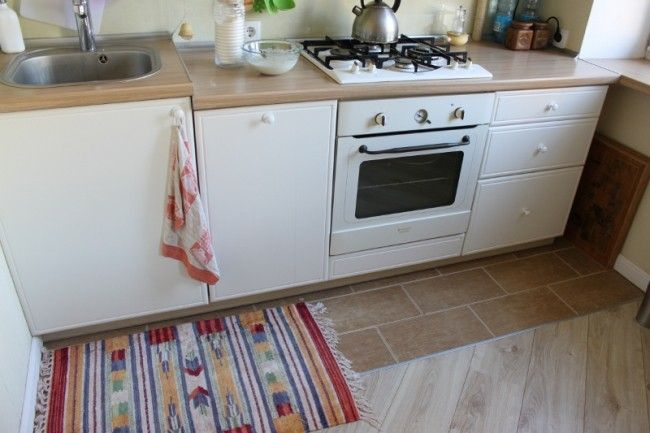 Кафель и ламинат на полу кухни