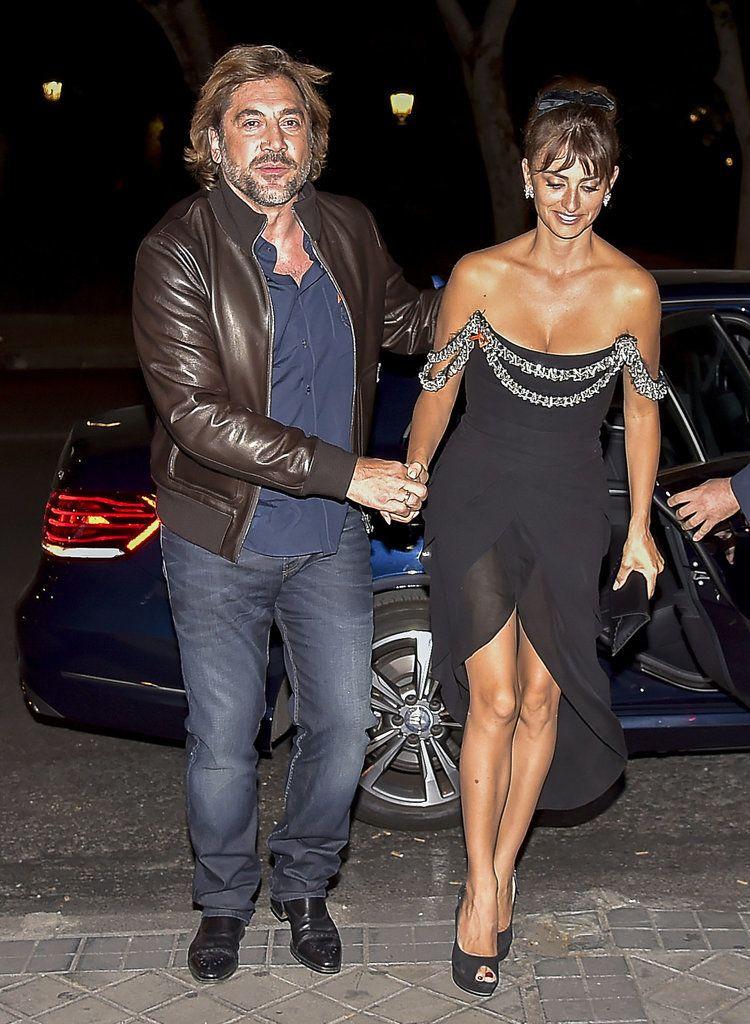 Penélope Cruz Gets a Hand From Her Adoring Husband, Javier ...