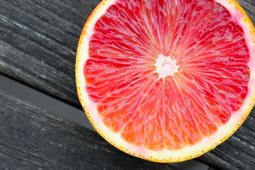 i think this is a blood orange, i want to try one... it looks yummy(: but i heard they're messy