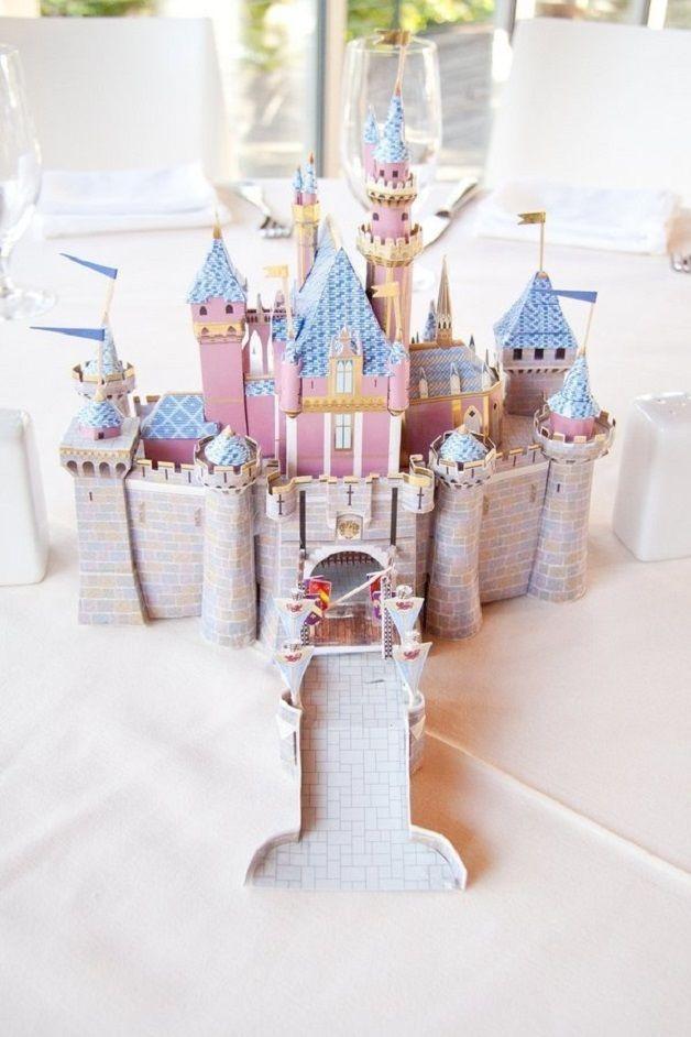 Os norte-americanos Ashley e Ty são fãs da Disney – tanto que Ty fez o pedido de casamento em frente ao castelo da Bela Adormecida, na Disneylândia, na Califórnia. Dois anos depois, a cerimônia não poderia ter outro tema se não os filmes que emocionaram o casal ao longo da vida.  Cada uma das mesas em que os convidados se sentaram tinha ...