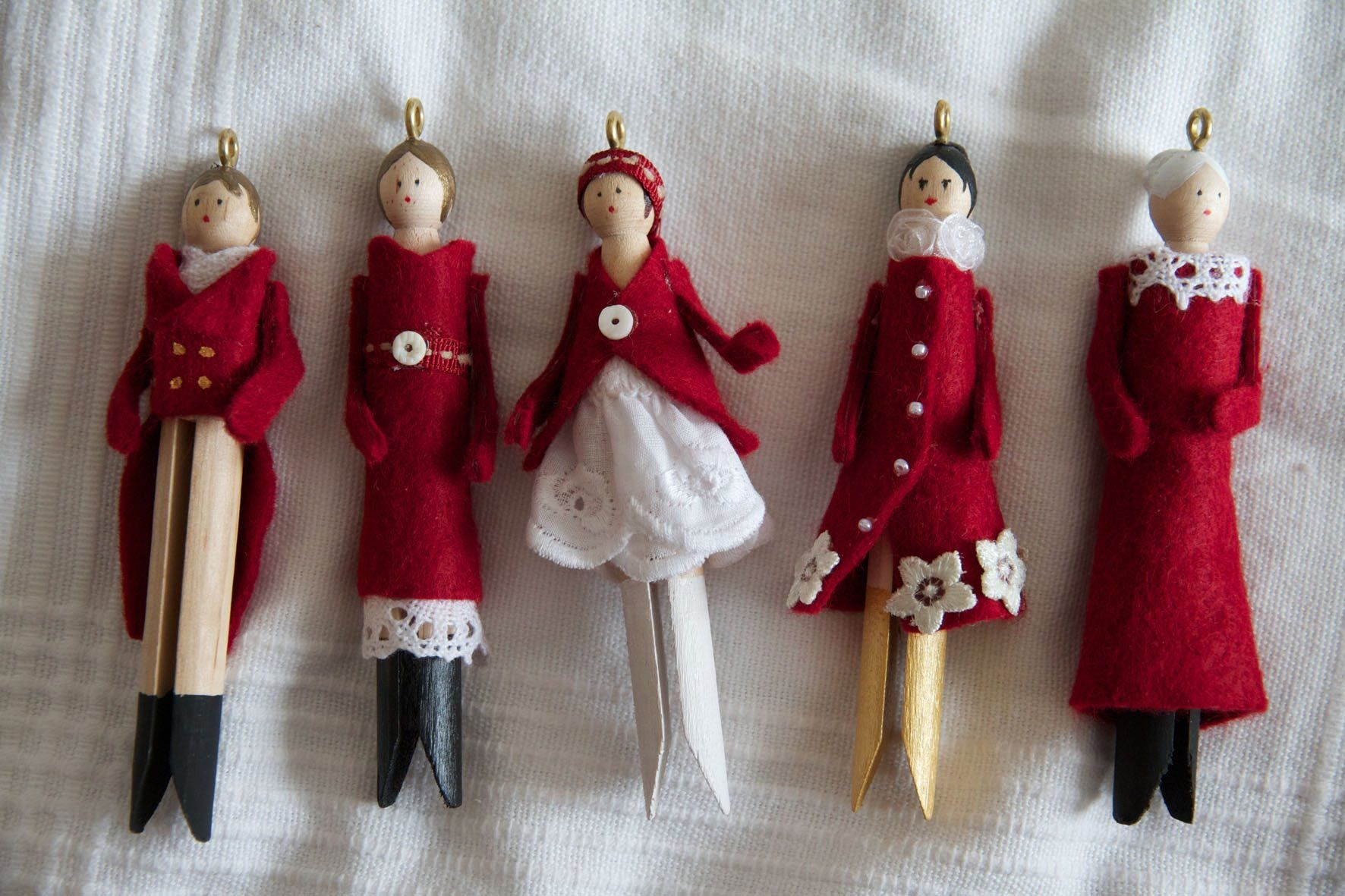 How to make beautiful clothespin doll ornaments. Comment faire de jolies poupées de Noël en pince à linge. Inspiration comes from: L'inspiration vient de: ht... #holidayclothes