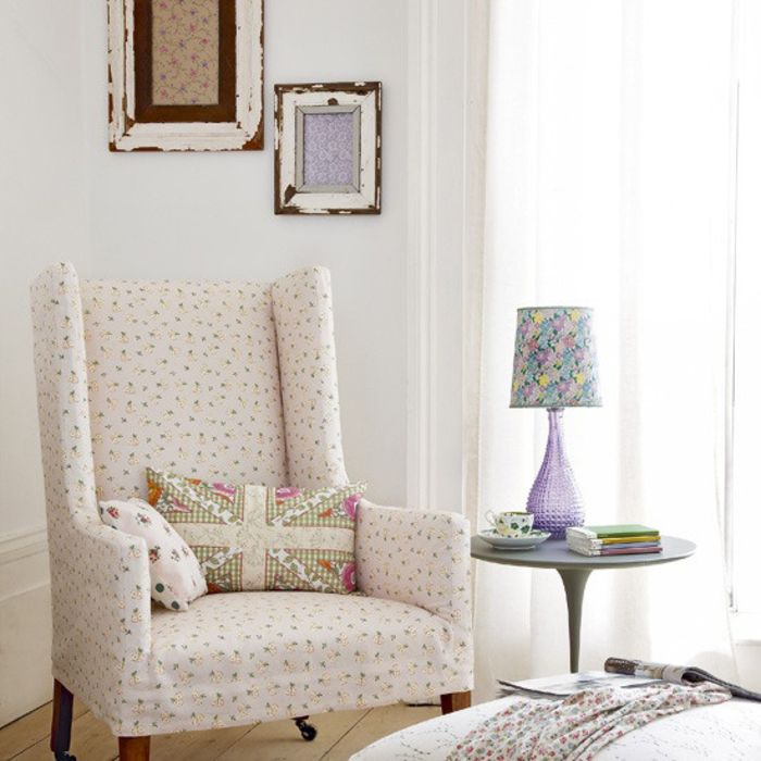 Vintage Wohnzimmer, weißer Sessel und Deko Kissen, lila - wohnzimmer deko lila