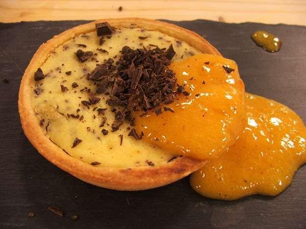 Un delizioso dessert firmato Giulia Steffanina, questa crostatina di pasta frolla alle mandorle con salsa di cachi è una ricetta che richiama i sapori dell'autunno. http://www.alice.tv/crostate/crostatina-ricotta-cioccolato-cachi
