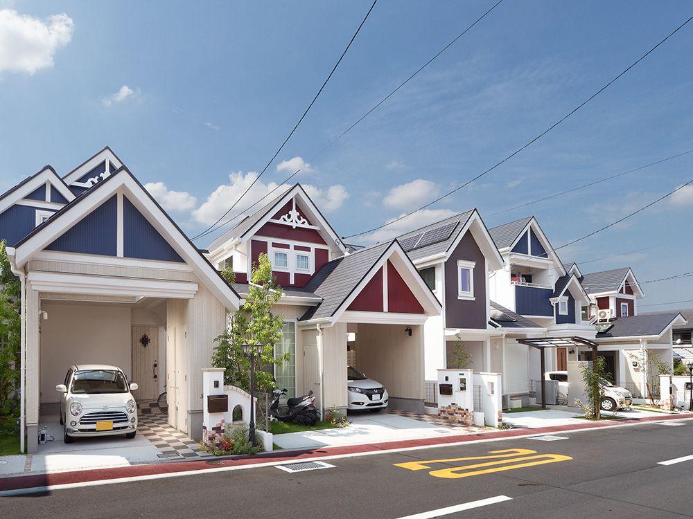 青空に映える外観は 切妻屋根とホワイト トリコロールのコントラスト