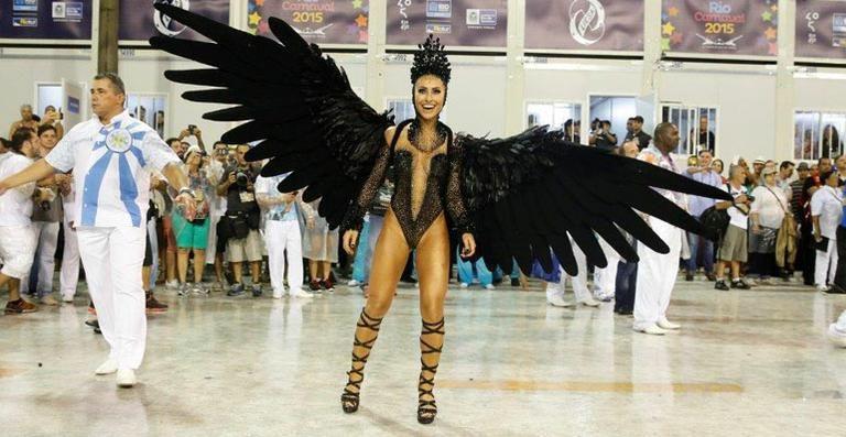 Sensual, Sabrina Sato usa asas na Vila Isabel