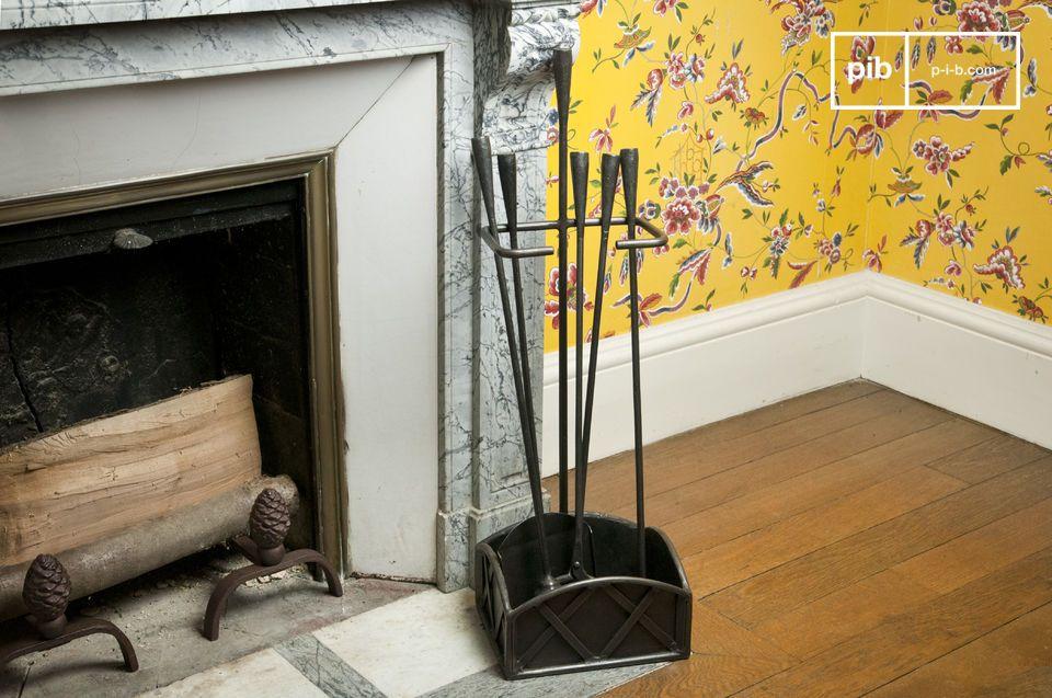Este accesorio es un conjunto qye se compone de cuatro elementos metálicos resistentes que se convertirán en parte esencial de su chimenea. Aportará un toque vintage a un hogar boho chic.
