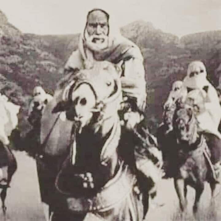 عمر المختار أسد الصحراء وشيخ المجاهدين ومعلم القرآن وسط رجاله فى الصحراء Lion Of The Desert Historical Figures Warrior