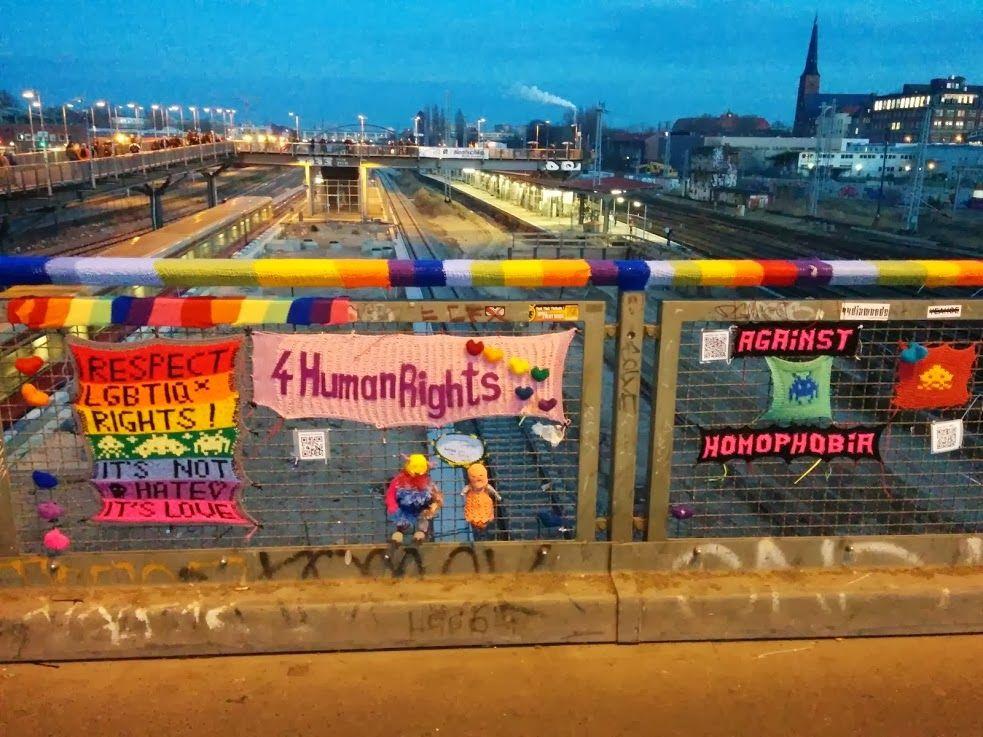 Berlin <3 / Seb #guerillaknitting #Yarnbombing #knittinghttp://click-to-read-mo.re/p/5D8O