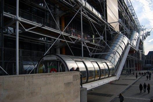 Centro Georges POMPIDOU, Renzo Piano + Richard Rogers. París. [3] | [...] El edificio está compuesto de 6 niveles sobre el terreno y subterráneos con una escala que se aproxima más a una obra de ingeniería que de arquitectura. Se a usado la mitad del terreno disponible, liberando el resto para ser ocupado por una gran plaza pública que tiene la particularidad y acierto de tener una pequeña inclinación que la vuelven un lugare abierto, lleno de vida y usos.