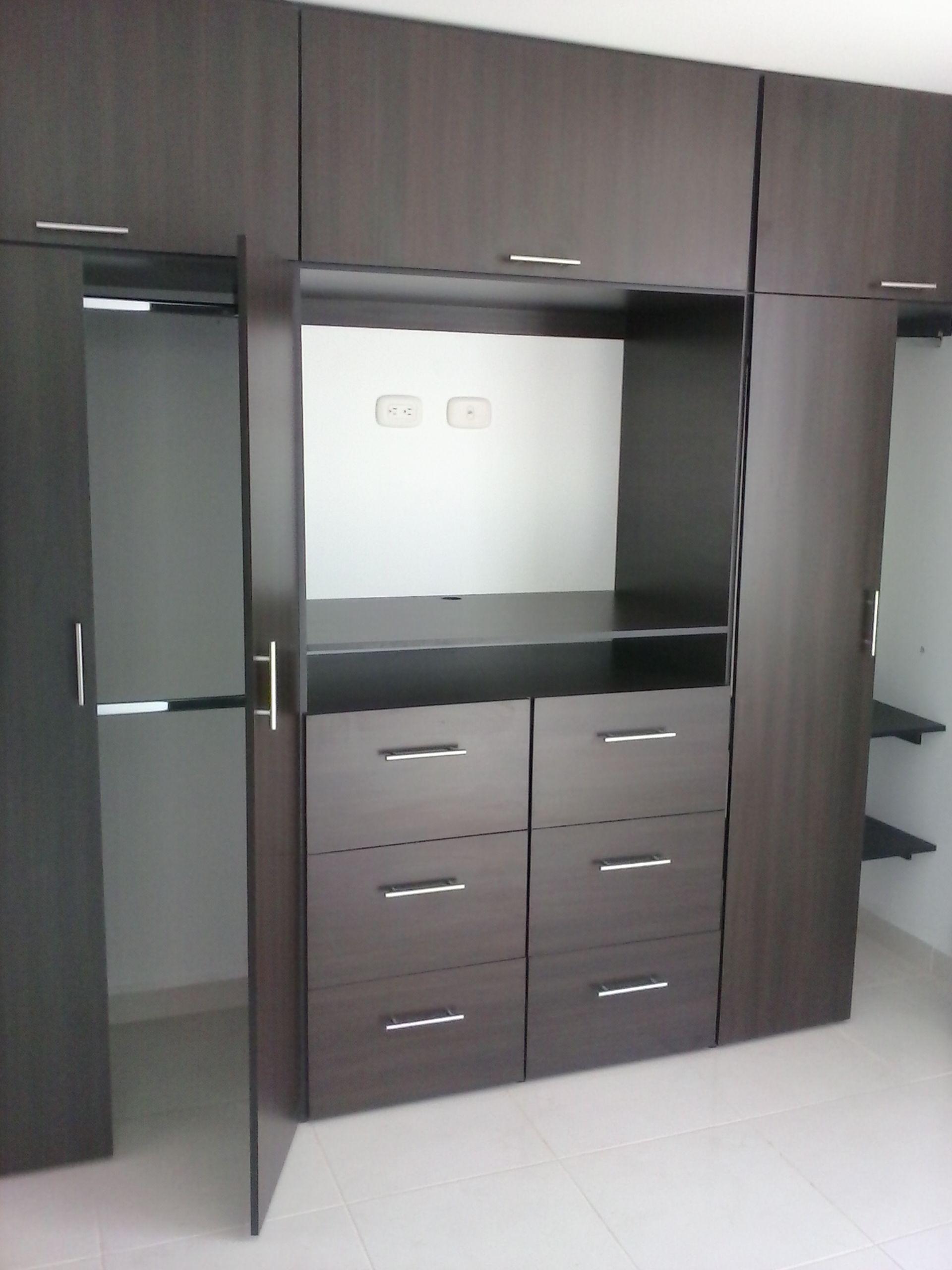 Resultado de imagen de fitted wardrobes bedroom tv for Closet con espacio para tv