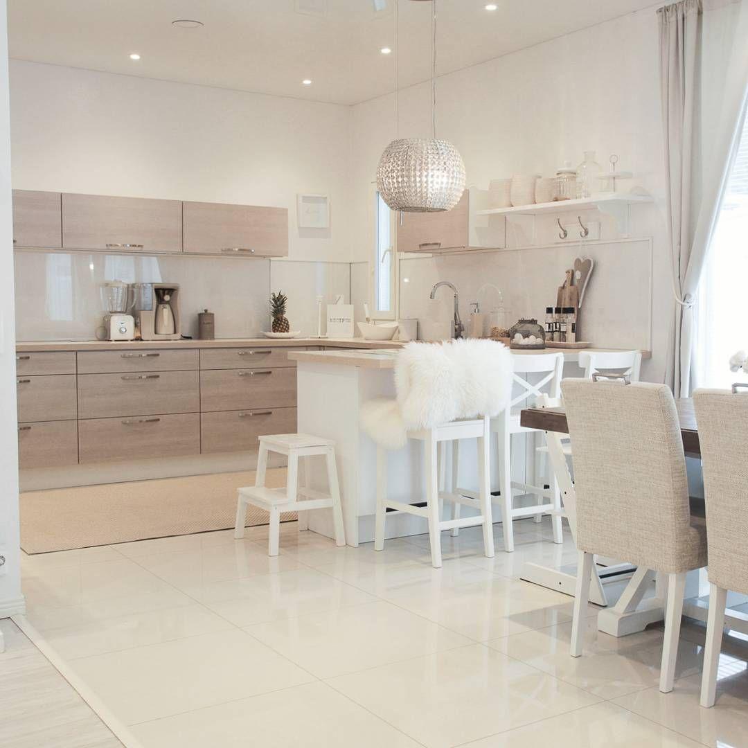 Good morning! I love the first sunbeam of a beautiful winter day Täällä satelee hiljalleen lunta ja aamuauringon ensimmäiset säteet paistavat sisään ikkunoista ☉Ilma on niin kaunis!♡ Mukavaa keskiviikkoa #keskiviikko #homeandinterior_ #cosy #home #classyhome #homestyling #home_and_living #interiorinspiration #kitchen #diningarea #home #interior123 #nordichome #whitehome #homeinterior #finnishhome