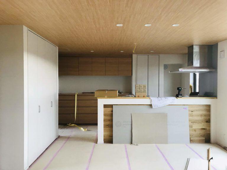 木目クロスを天井に貼ったキッチン リビング 木目 木目 壁紙