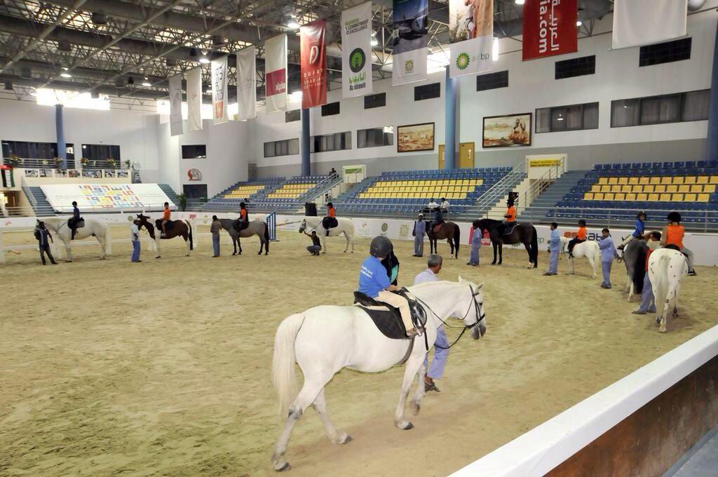 الأطفال المشاركين في برنامج صيفي الذي تنظمه إدارة مراكز الأطفال يتدربون على ركوب الخيل في نادي الشارقة للفروسية Shj Horses Animals Summer