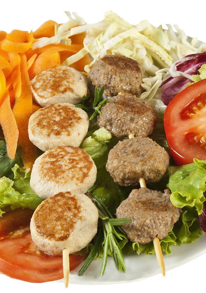 Ecco un ottimo suggerimento per presentare le polpettine Il Sole!  Infilate su spiedini e arricchite con verdure, mettono subito appetito!
