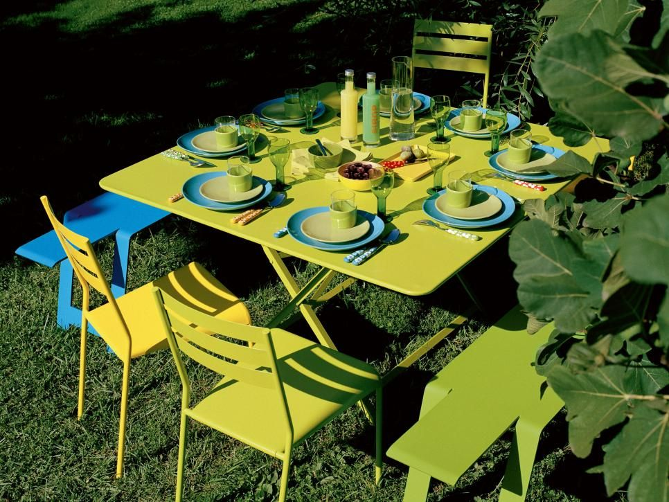 Modern Outdoor Table With Green Blue Table Setting Modern Outdoor Table Blue Table Settings Outdoor Table Settings