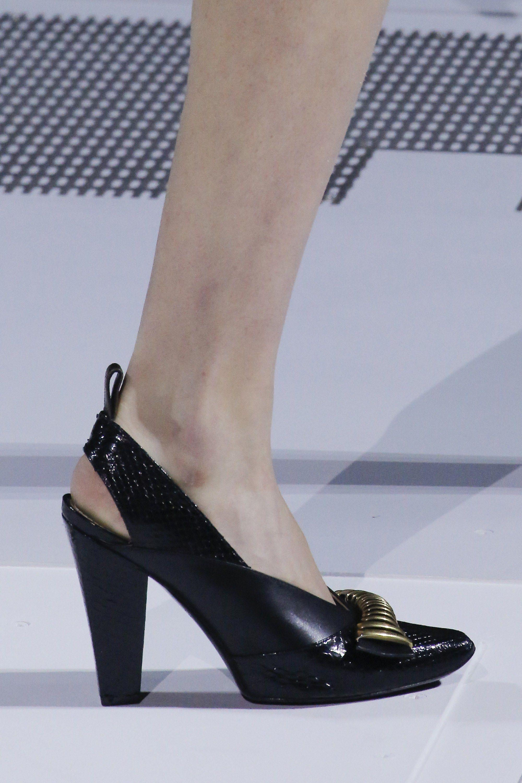 daa6b657c87d Louis Vuitton Fall 2018 Ready-to-Wear Fashion Show   chaussures ...