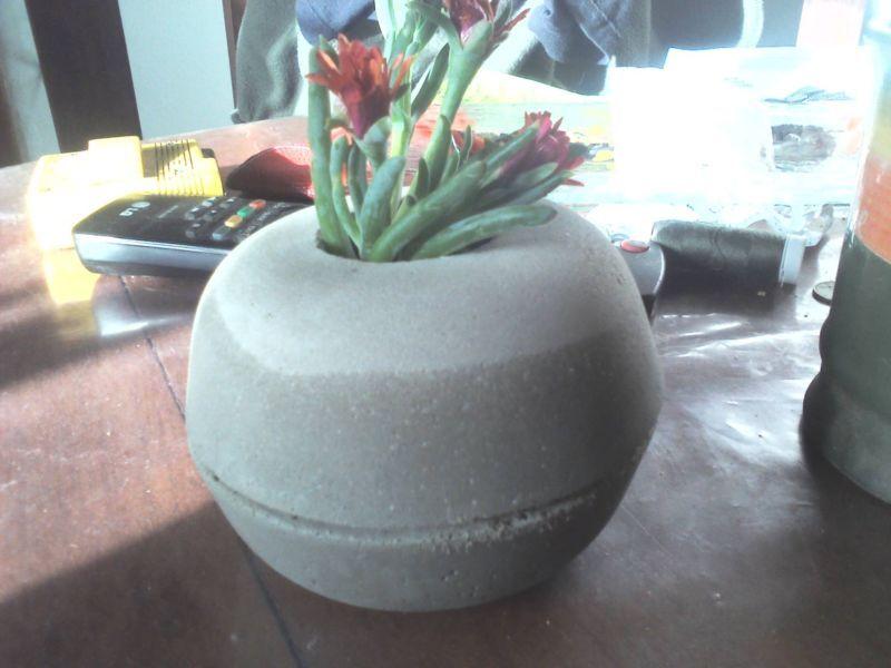vendo maceta de cemento esfera con base de apoyo respondo sms por