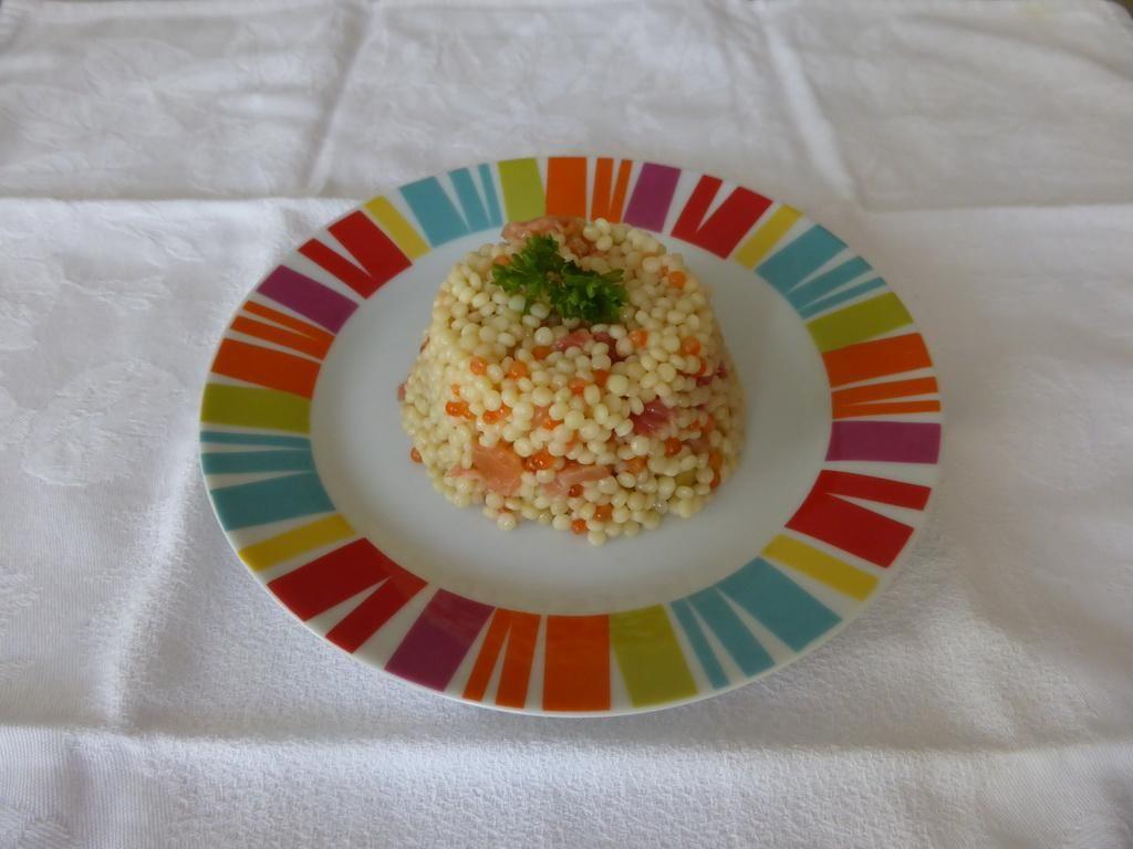 Salade de la mer Maigrir 2000 : salade froide de perles (pâtes rondes) agrémentées de crevettes, saumon fumé, œufs de saumon (ou de truite). Cette recette vous est proposée par les nutritionnistes du réseau Maigrir 2000.