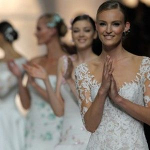 Pronovias sigue haciéndonos soñar! Hoy en el blog, todo sobre el desfile más esperado del año!  http://www.unabodaoriginal.es/blog/de-la-cabeza-a-los-pies/vestidos-de-novia/pronovias-fashion-show-2015-la-fabrica-de-los-suenos