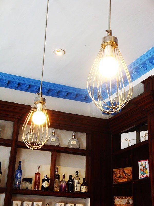 """Os presentamos """"DULCERÍA MANU JARA"""" en Sevilla. Hemos realizado solamente la vitrina expositora de productos, diseño, fabricación, revestimiento  y montaje de la misma. En cuanto al local, cabe decir que antiguamente era una tienda de ultramarinos, el mueble trasero es original de la época, todo está restaurado, los azulejos del zócalo de paredes también. En la trastienda tiene una zona de mesas de trabajo donde Manu Jara imparte cursos de repostería."""