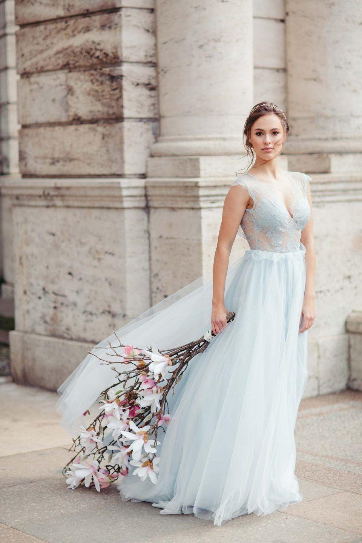 Braut in hellblauem Kleid aus Spitze und Tüll mit blühendem