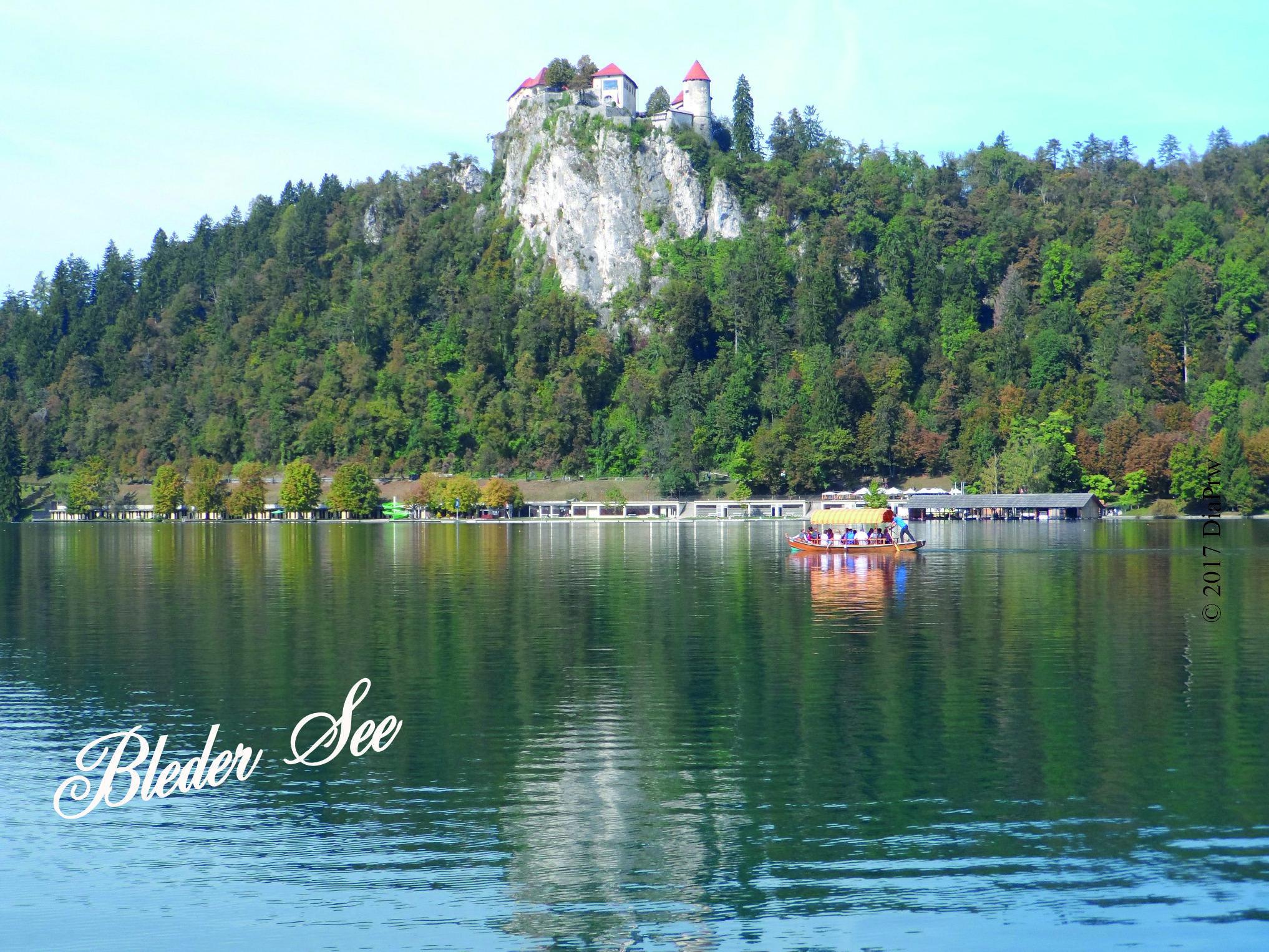 """Am Bleder See in Slowenien. Im Hintergrund die Burg auf einem Felsen. Jetzt ist Herbst, aber es ist zu allen Jahreszeiten schön. Foto aus dem großen Reisebericht von Presseweller """"Vom Bleder See zu den Karawanken"""". Über die Seite Tourismus bei presseweller ohne Anmeldung aufrufbar."""