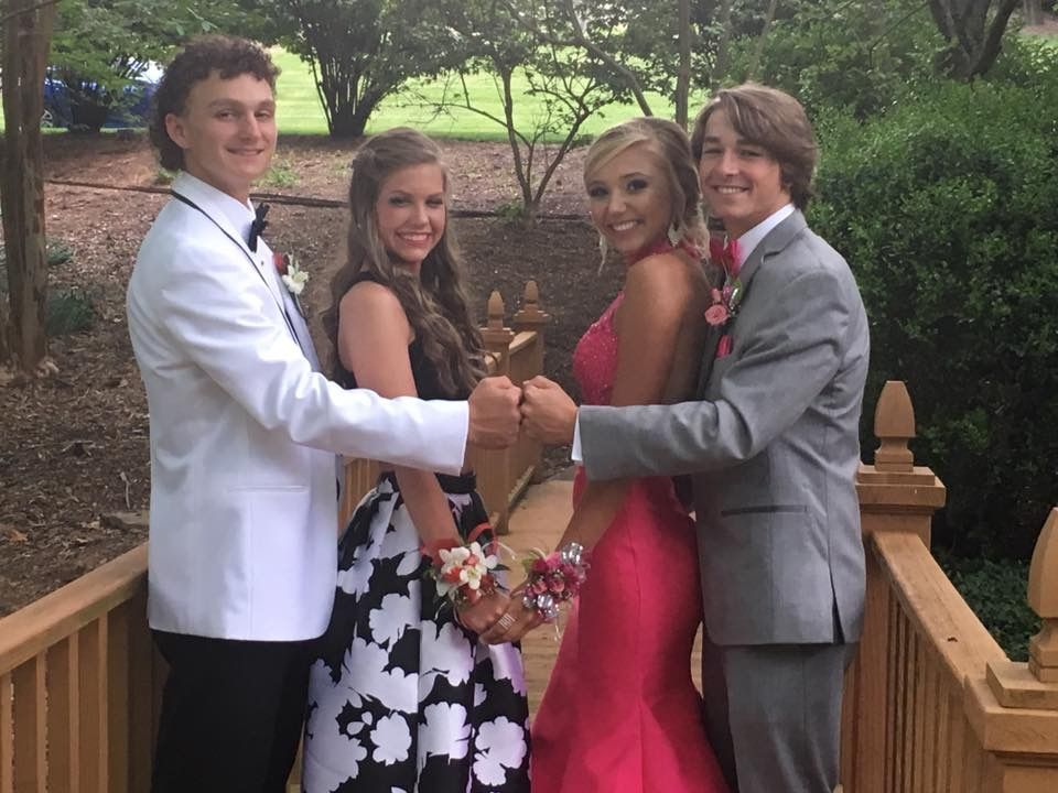 Best friend prom pics #bestfriendprompictures #prompictures #promphotographyposes