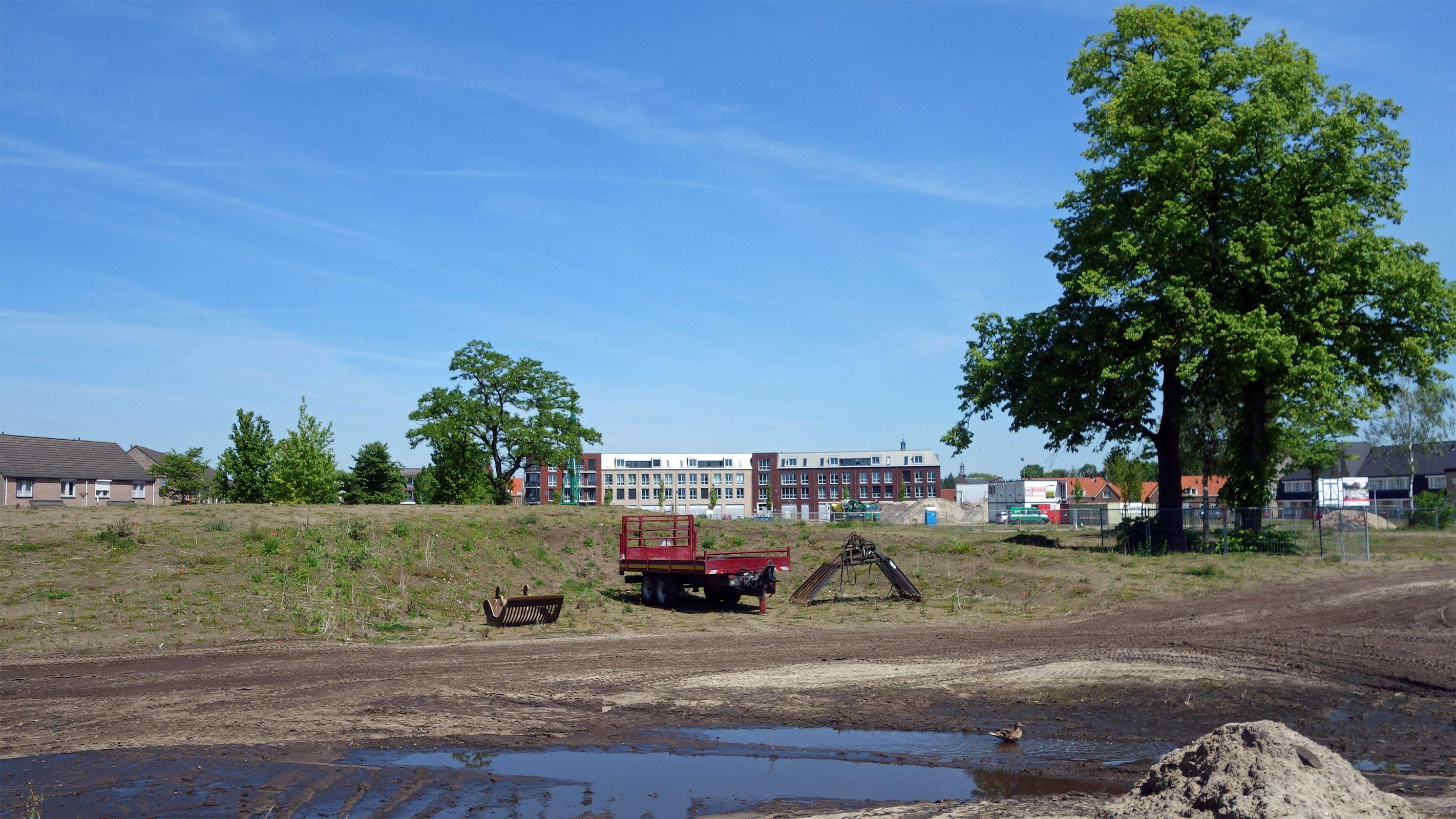 2014 05 16 Locatie Weverslabyrint tijdelijk in gebruik als opslagplaats. Tijd dat de aanleg gaat beginnen.