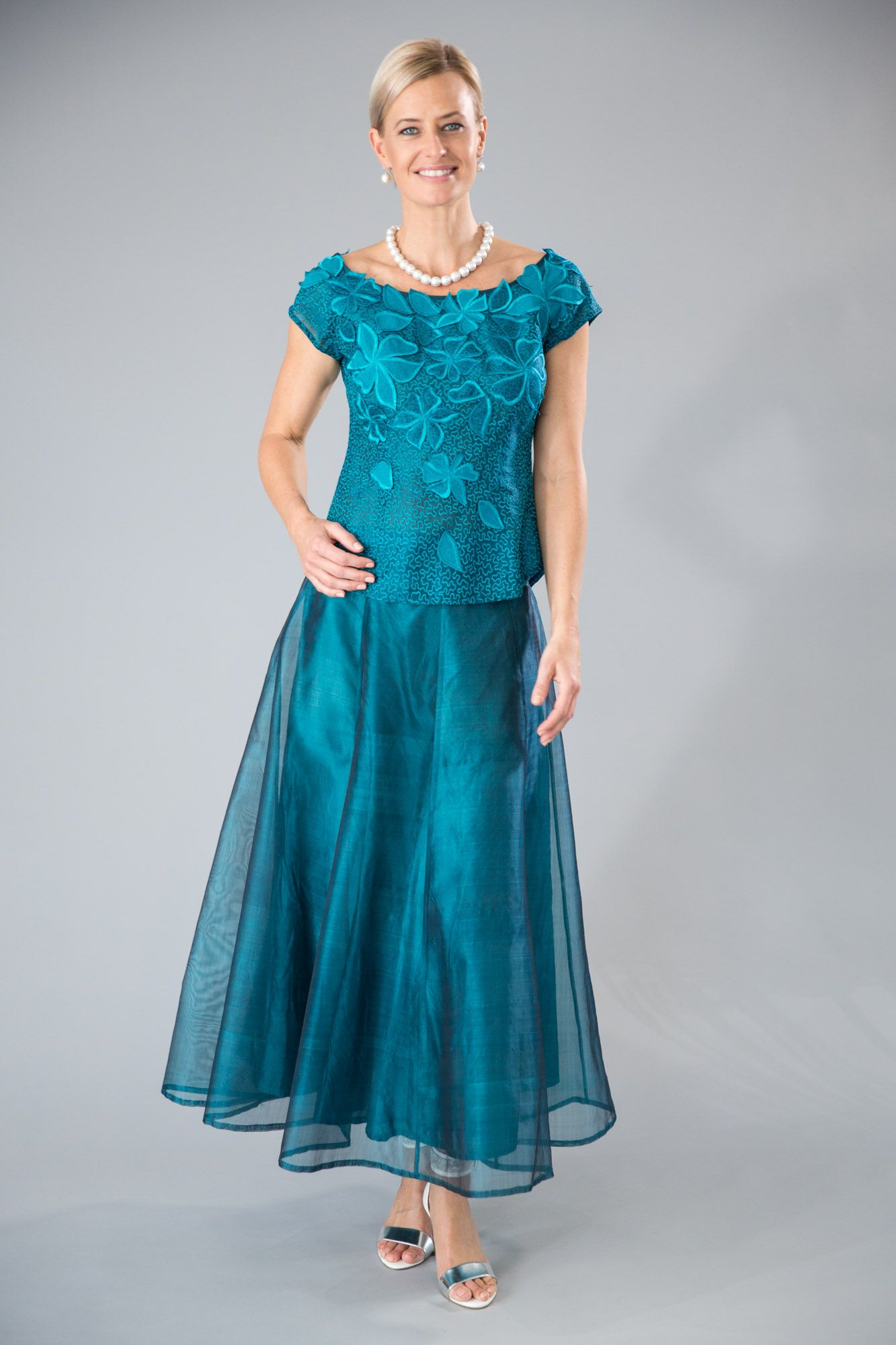 1f558915b87 Such a stunning two piece outfit with sleeves for the modern and elegant  Mother of the