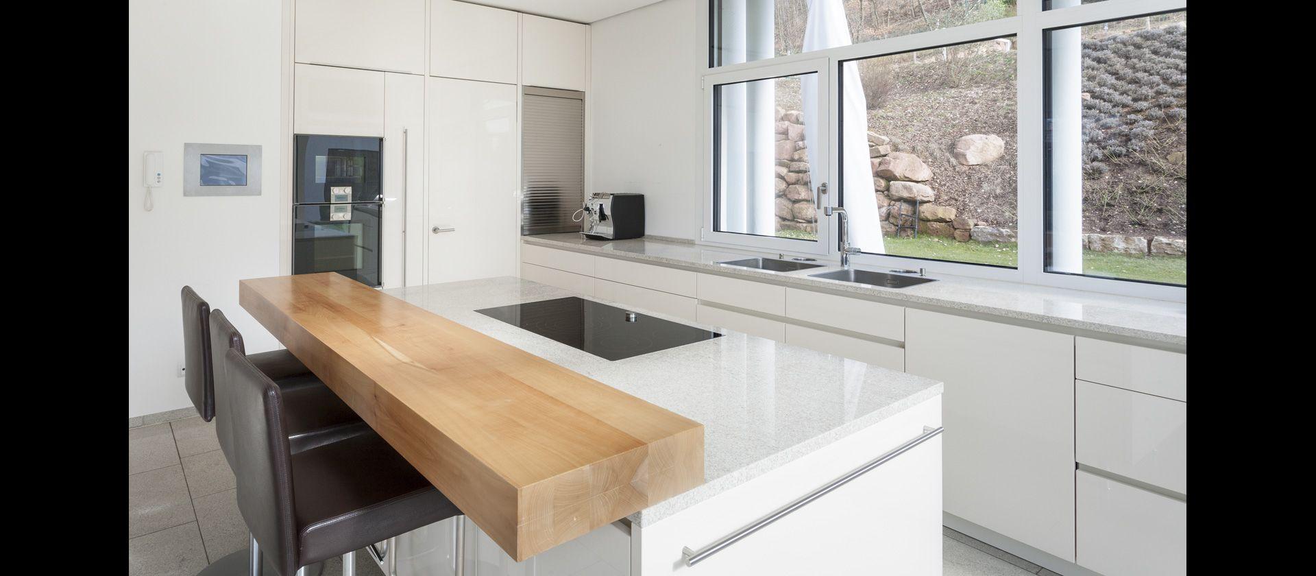 Mtb Kuche In Hochglanz Weiss Und Arbeitsflachen Aus Granit Kuche Hochglanz Kuche Hochglanz Weiss Style At Home